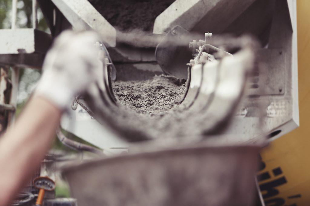 Auf einer Baustelle wird Zement angemischt.